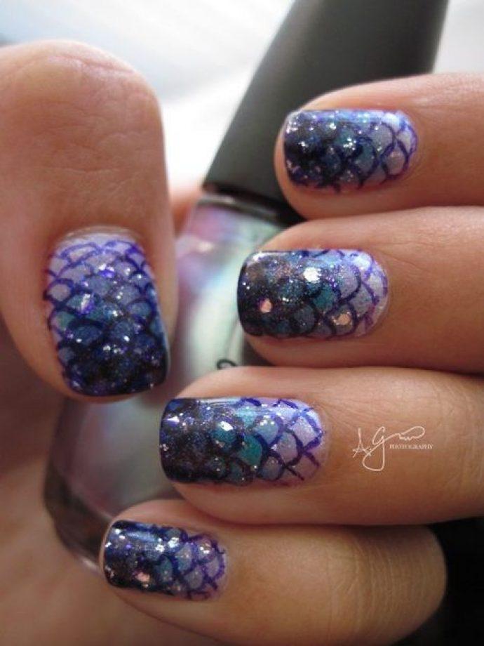 Маникюр с рыбьей чешуёй в сине-фиолетовых тонах