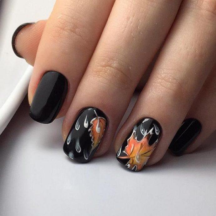 Темный осенний маникюр с кленовыми листьями и каплями