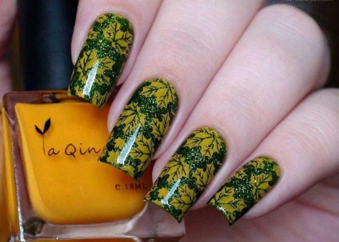 Зеленый маникюр с золотыми кленовыми листьями