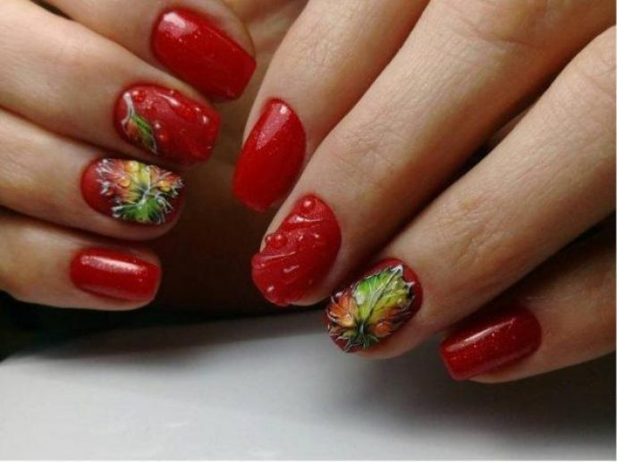 Красный маникюр с каплями и кленовыми листьями