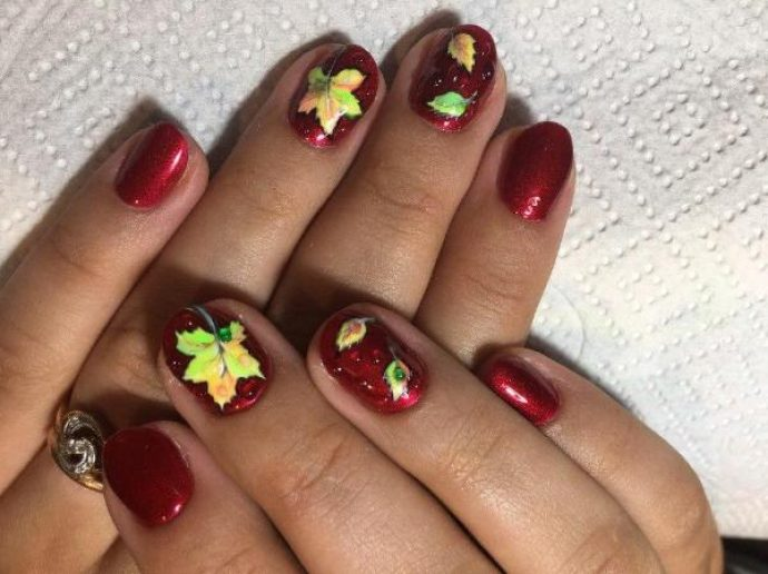 Бордовый маникюр с кленовыми листьями
