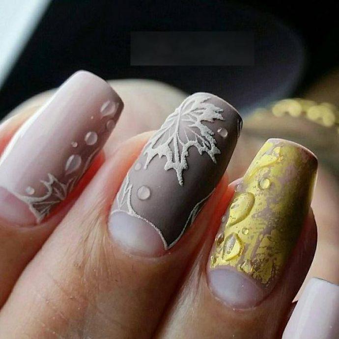 Дизайн ногтей в серо-бежевых тонах с кленовыми листьями