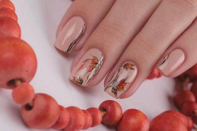 Нюдовый маникюр с кленовыми листьями