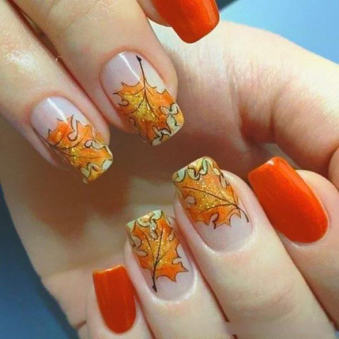 Яркий оранжевый маникюр с кленовыми листьями