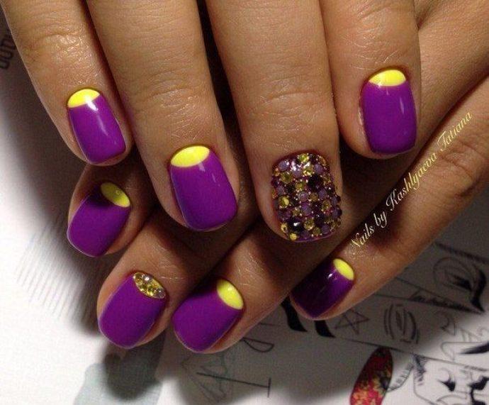 Идея необычного лунного маникюра фиолетового с желтым
