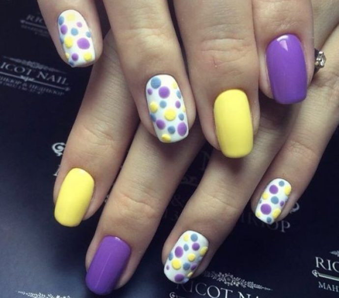 Идея фиолетового маникюра с желтым