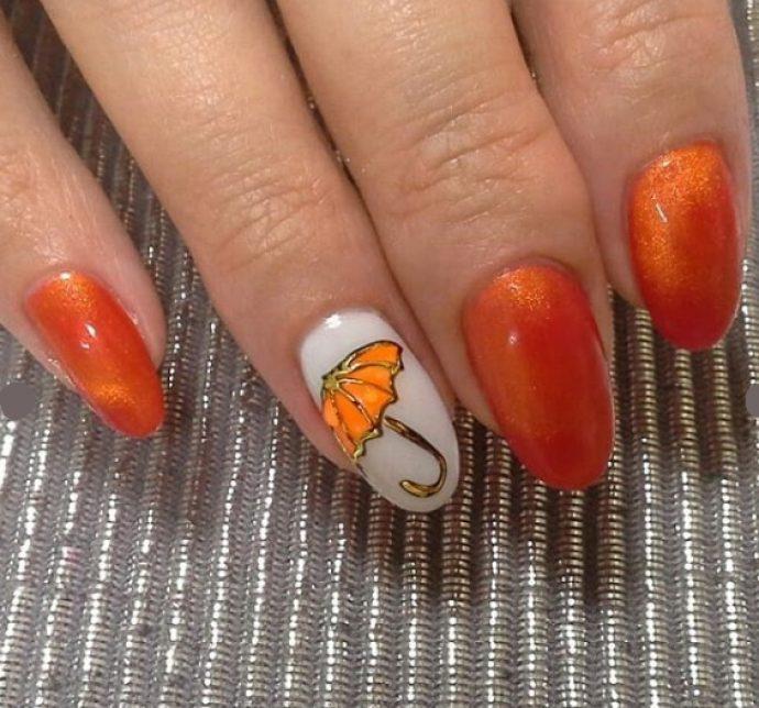 Яркий оранжевый маникюр с зонтом