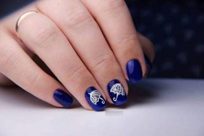 Темно-синий маникюр с белыми зонтиками
