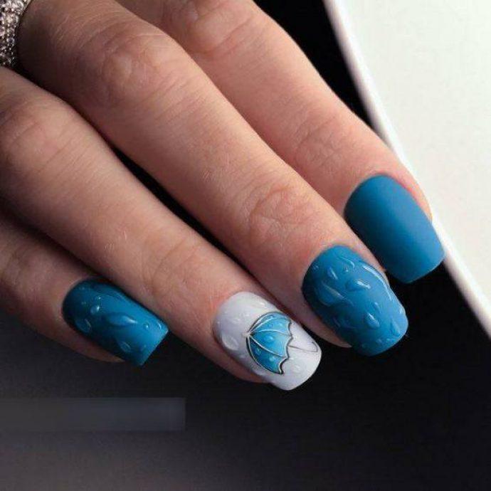 Синий маникюр с зонтиком и каплями