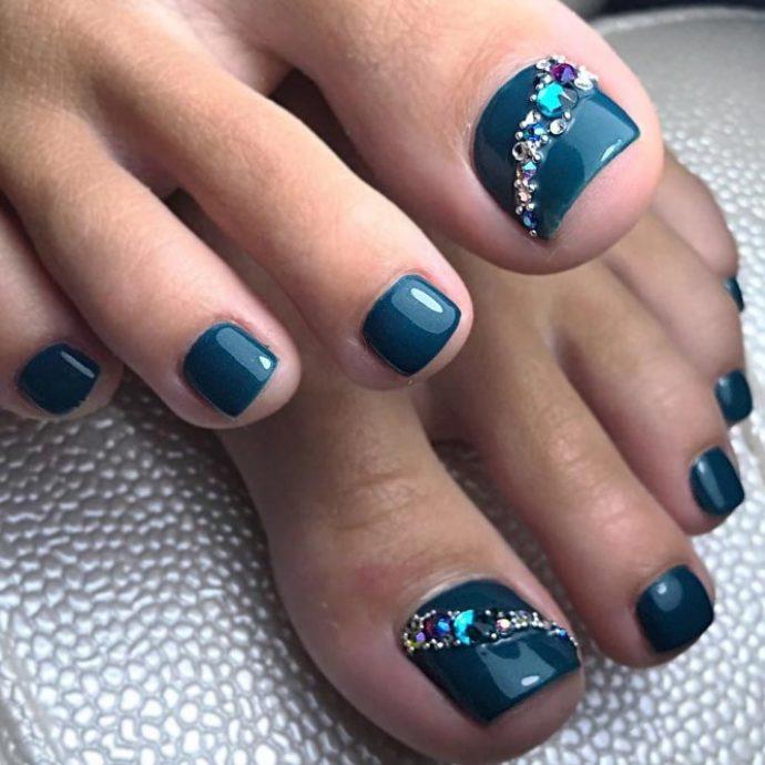 Педикюр сине-бирюзового цвета со стразами