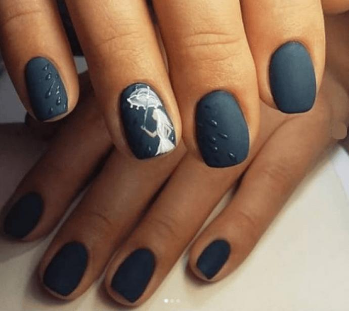 Матовый синий маникюр с зонтиком