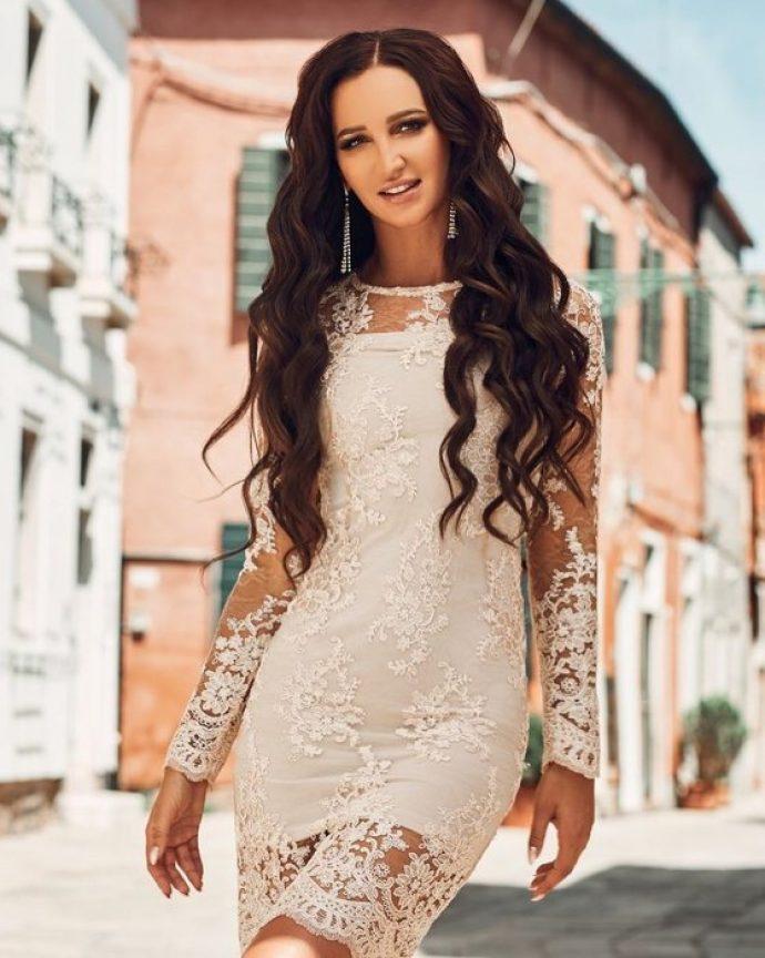 Ольга Бузова в кружевном платье с маникюром в светлых тонах