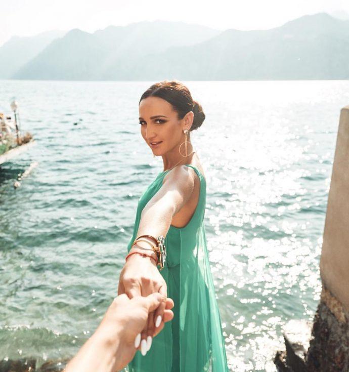 Ольга Бузова в платье мятного цвета и маникюров в светлых тонах