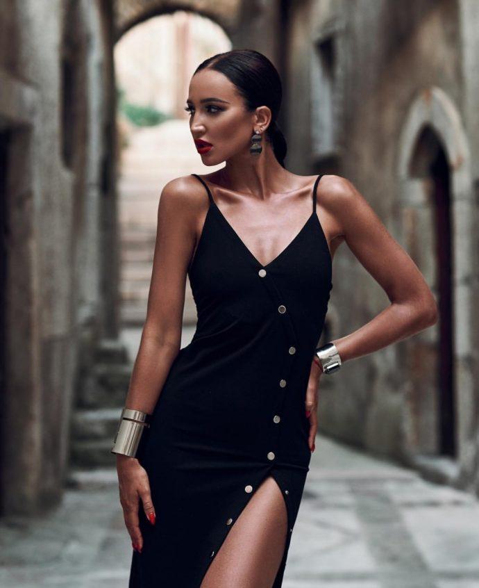 Ольга Бузова в черном платье с красным маникюром