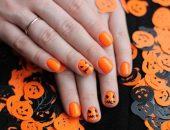 Оранжевый маникюр с тыквами на Хэллоуин