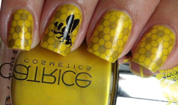 Желтый маникюр с пчелой и сотами