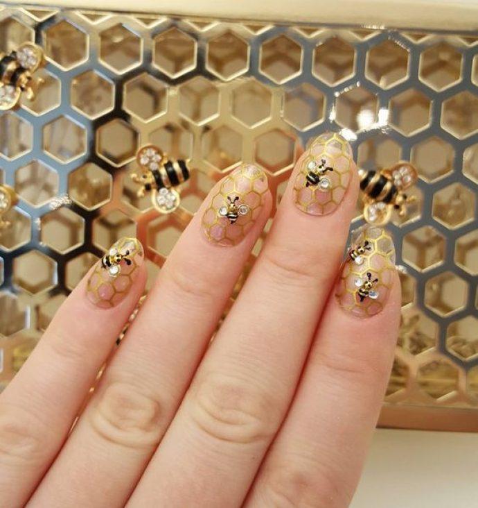 Голый маникюр с сотами и пчелами