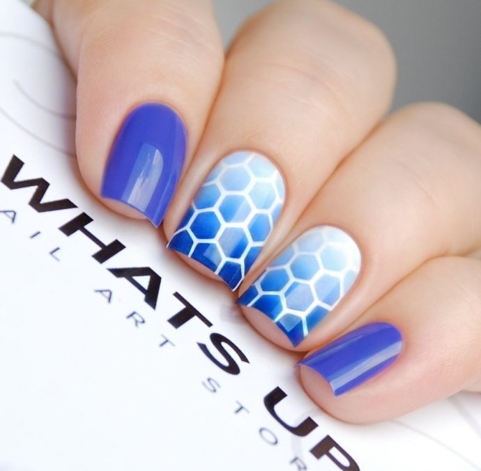 Градиентный маникюр с сотами синий с белым