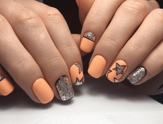 Маникюр Нади Дорофеевой оранжевый с серебристым