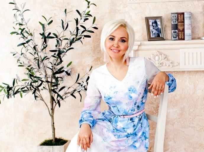 Белый маникюр Василисы Володиной