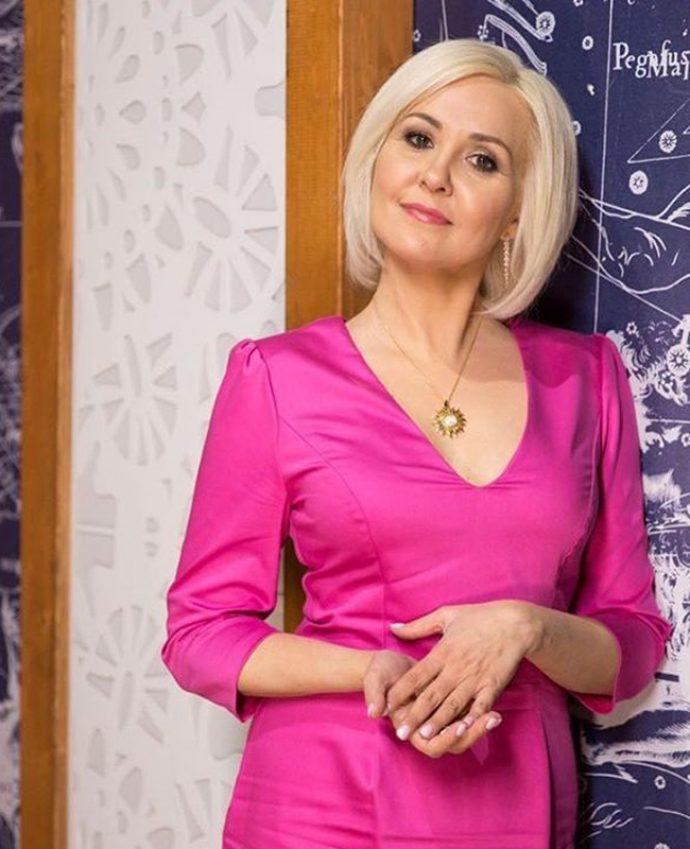 Василиса Володина с нежным перламутрово-розовым маникюром