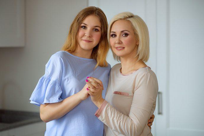 Маникюр Василисы Володиной цвета фуксии