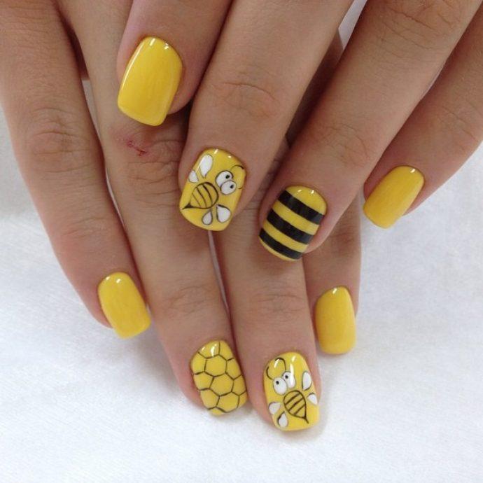 Желтый маникюр с сотами
