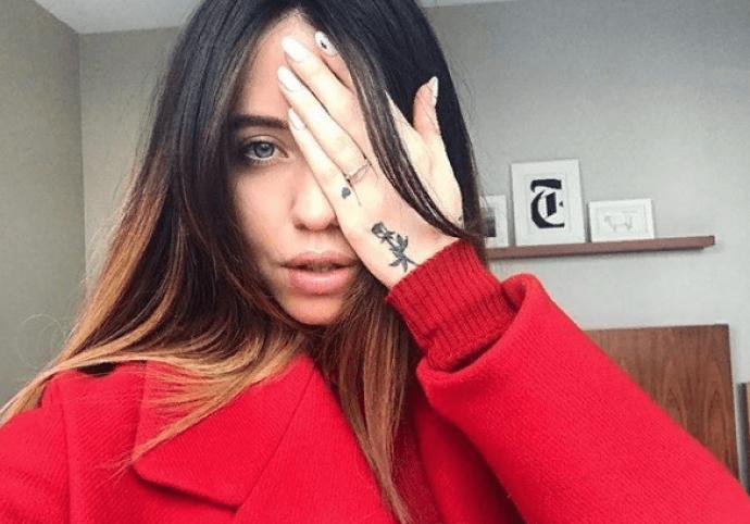 Надя Дорофеева со светлым маникюром