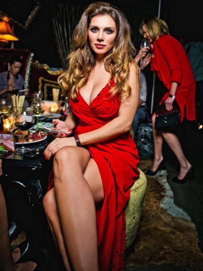 Анна Седокова с маникюром красного цвета