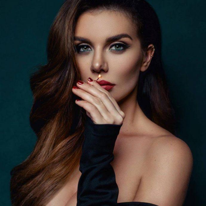 Маникюр бордового цвета у Анны Седоковой