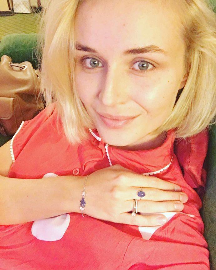 Полина Гагарина без макияжа с естественным маникюром