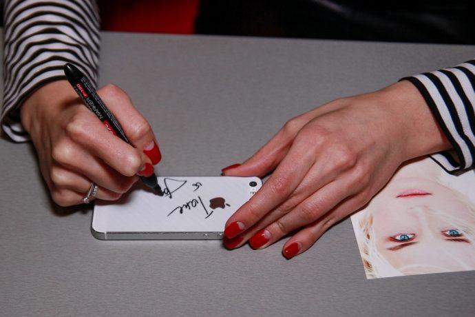 Полина Гагарина с лунным маникюром красного цвета
