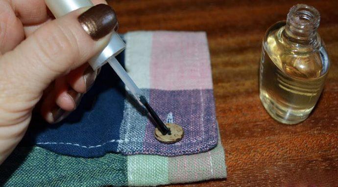 Фиксация пуговицы прозрачным лаком