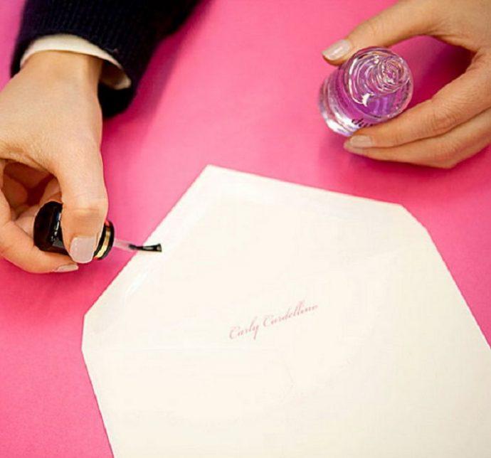 Запечатывание конвертов с помощью лака для ногтей