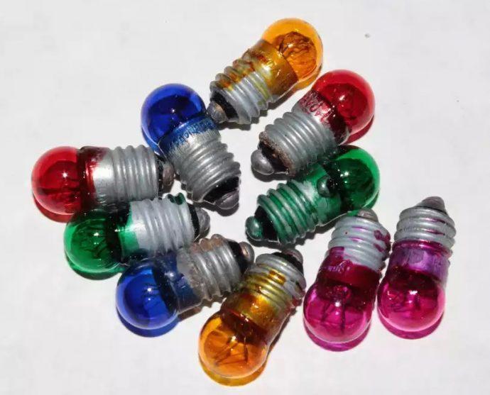 Разноцветные лампочки, покрашенные лаком для ногтей