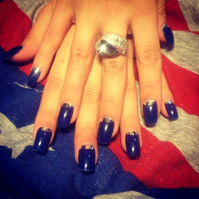 Виктория Дайнего с лунным маникюром синего цвета