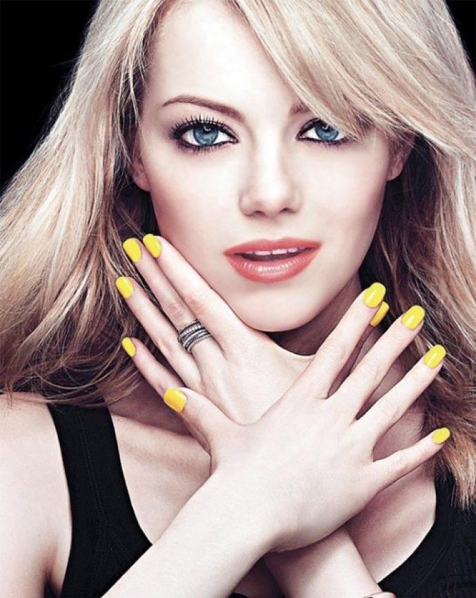 Эмма Стоун с желтым маникюром