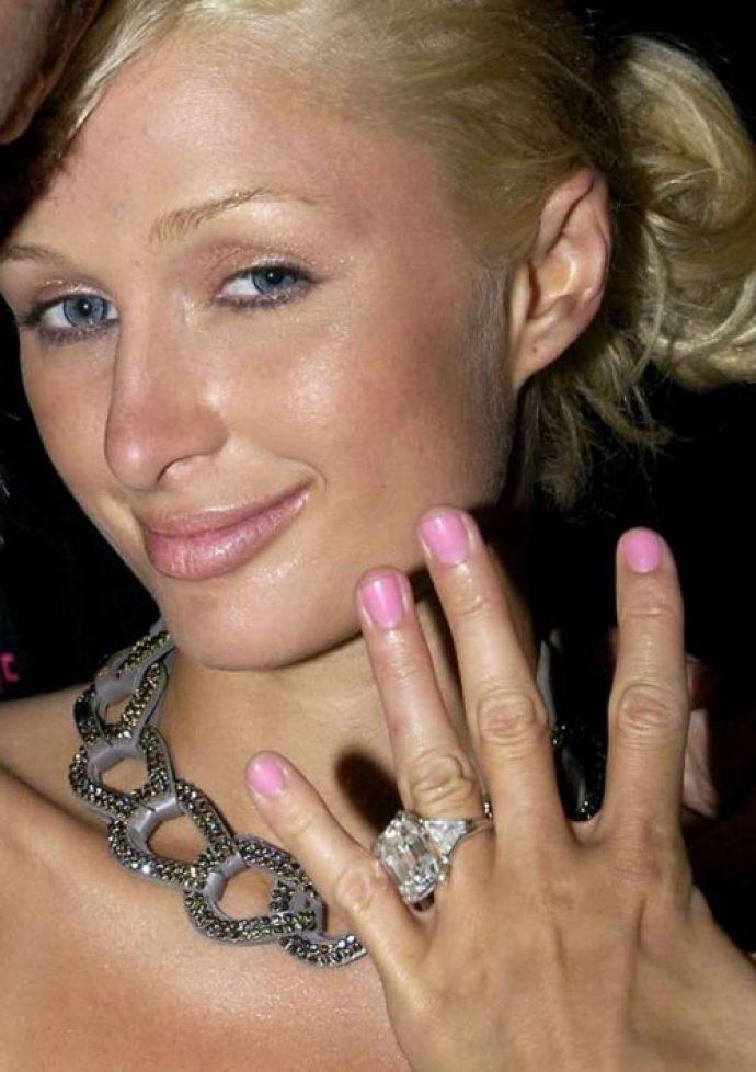 Пэрис Хилтон с розовым маникюром