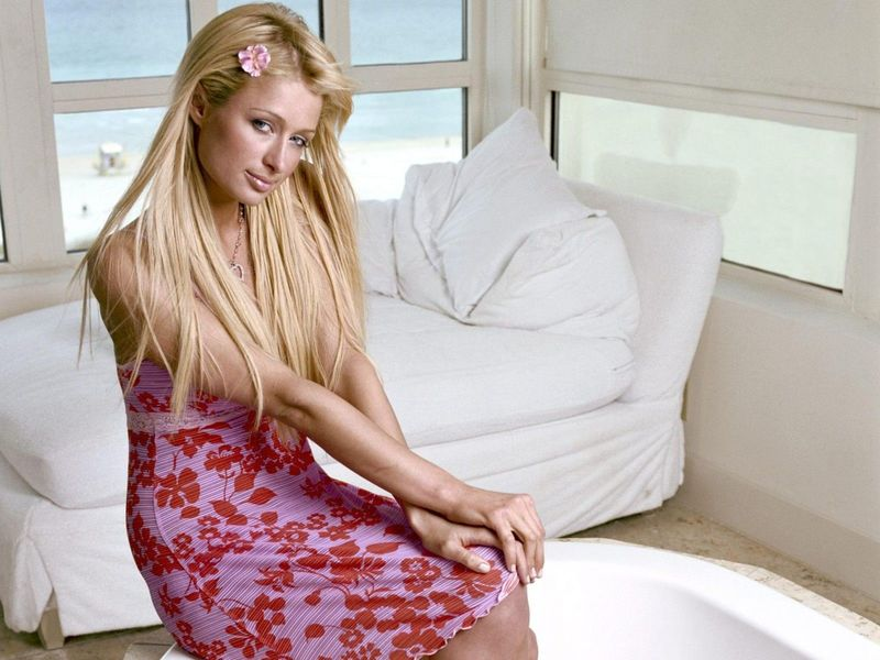 Популярная блондинка Пэрис Хилтон не постеснялась выйти в свет с кошмарным маникюром
