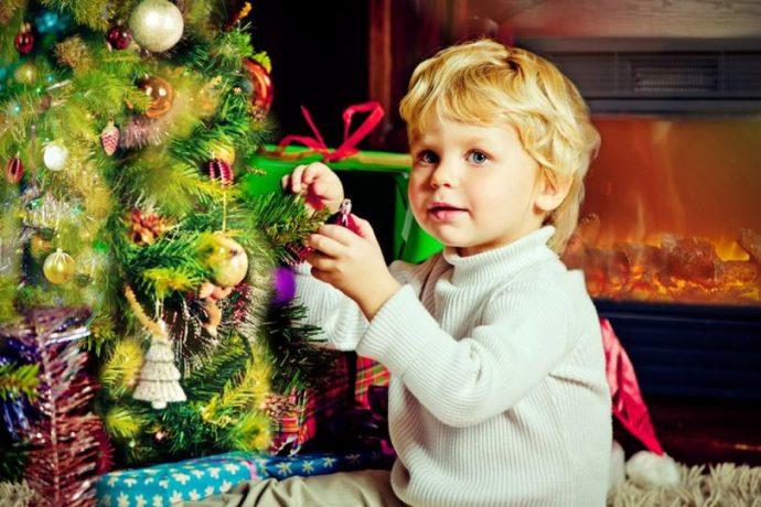 Мальчик у новогодней елки