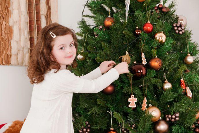 Девочка у новогодней елки