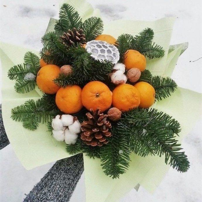 Новогодний букет из мандаринов и хвойных веточек