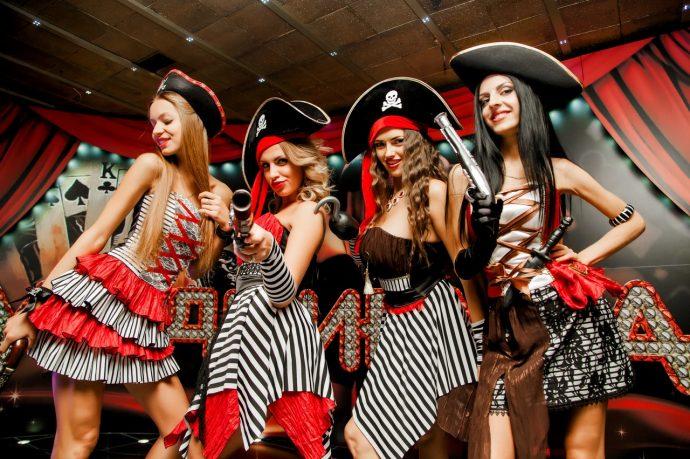 Девушки в костюмах пиратов