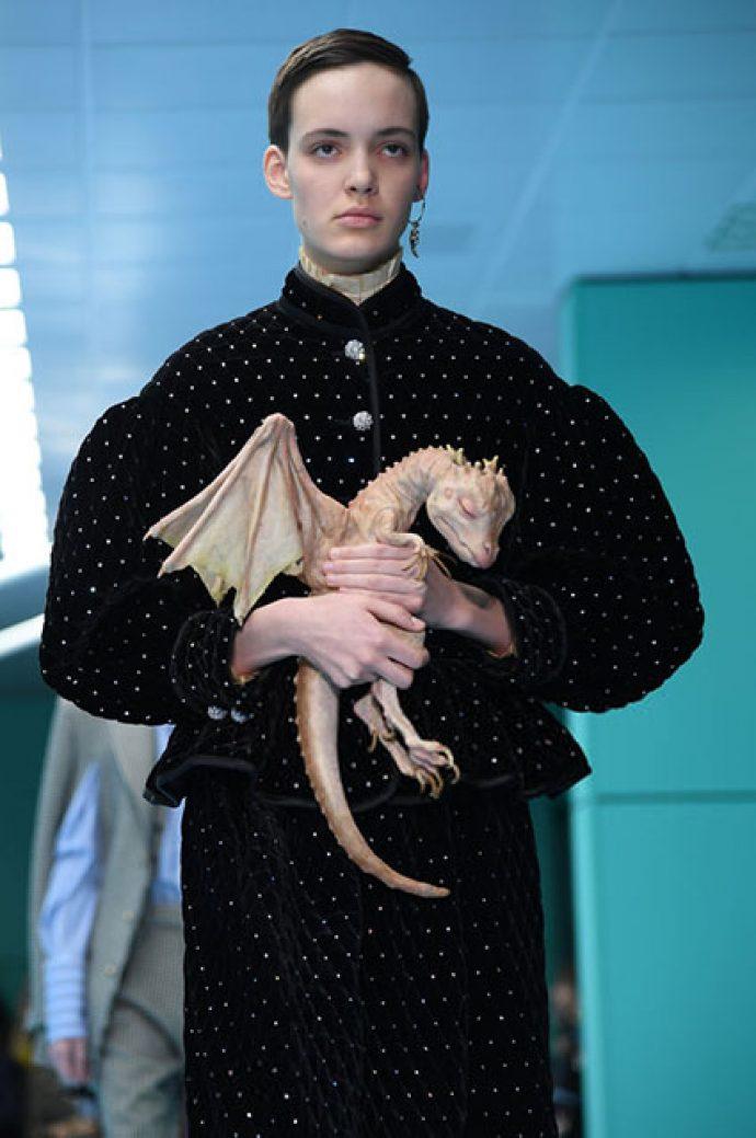 Девушка с драконом в руках