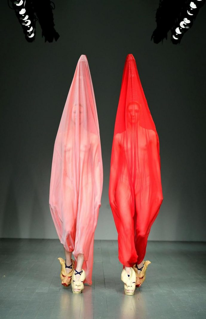 Модели в платьях-презервативах