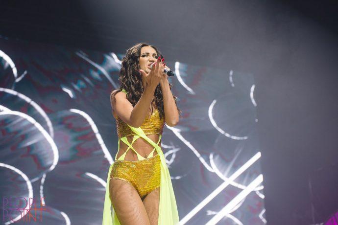 Ольга Бузова поёт на концерте