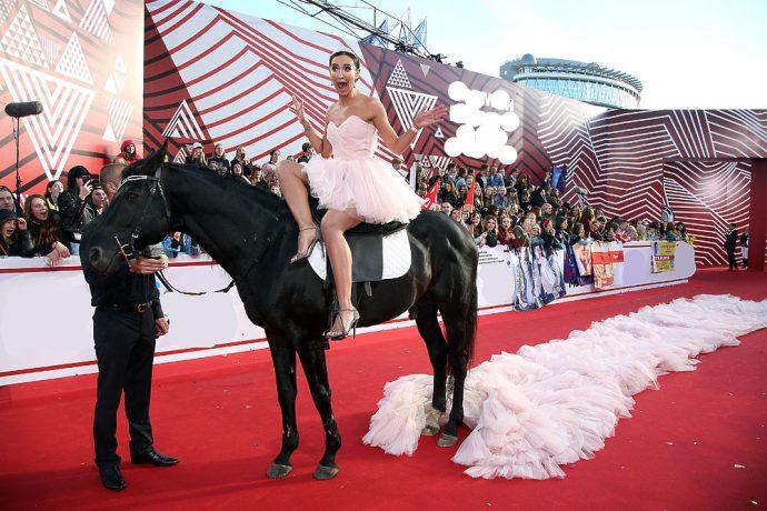 Ольга Бузова на коне