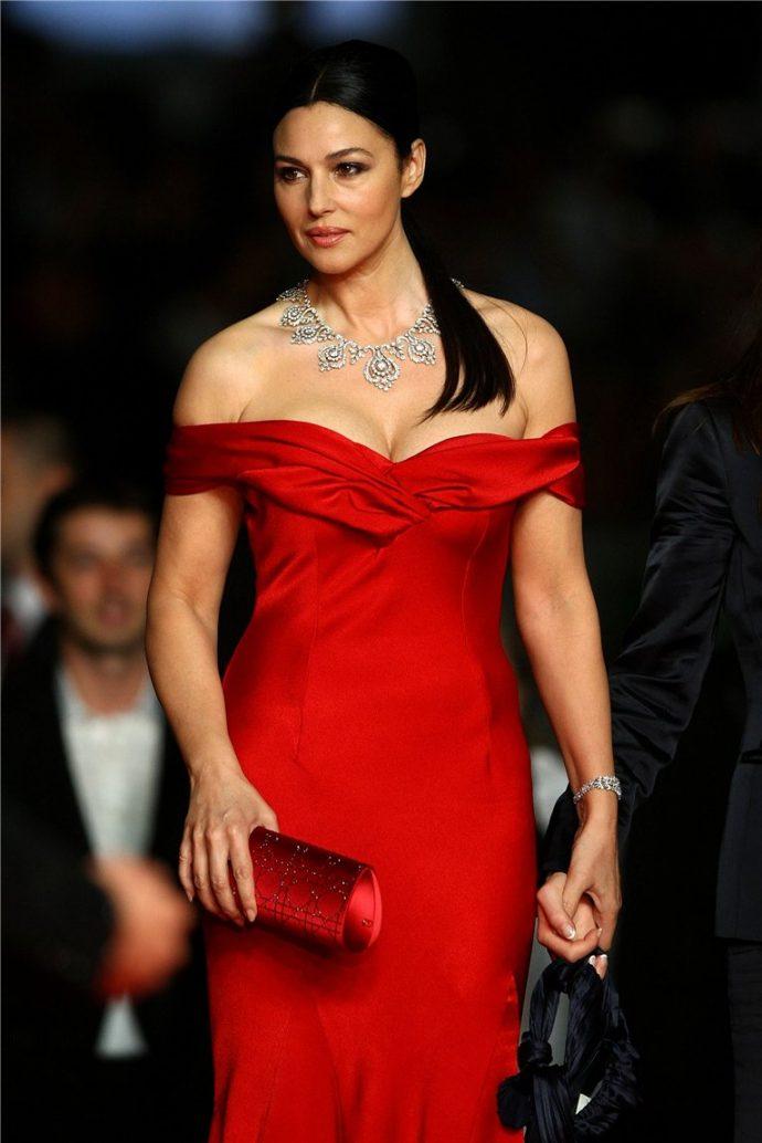 Моника Беллуччи в красном платье