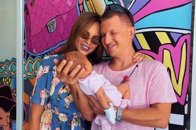 Певица Ханна с мужем и дочкой
