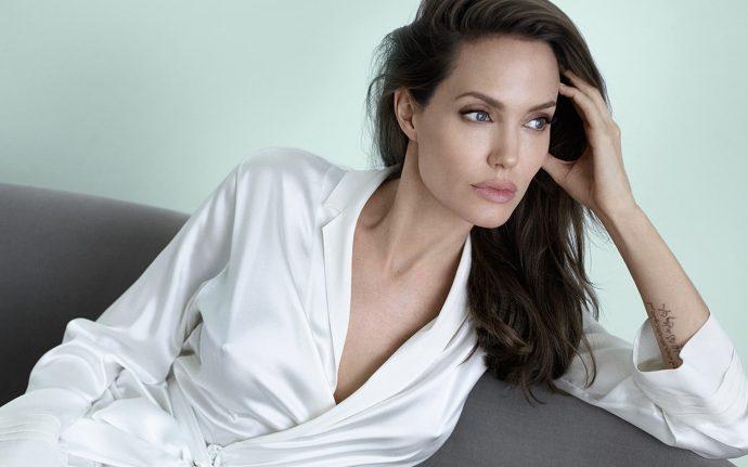 Анджелина Джоли сидит на диване